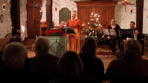 Begrüßung der Gäste durch Gertrud Gilbert ... (Foto: Max Bryan)
