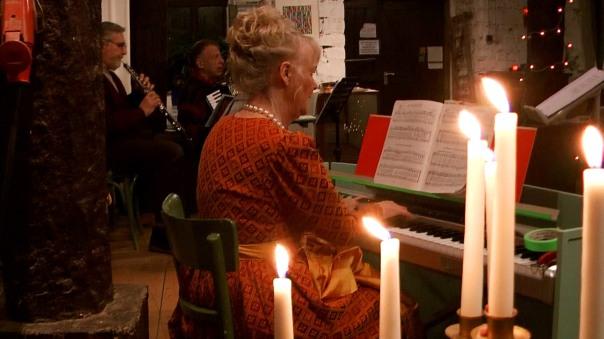 Gertrud liest, singt und spielt Klavier ... (Foto: Max Bryan)