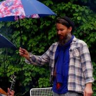An dem Tag hat es geregnet und keine Ahnung, wo David so schnell die ganzen Regenschirme her hatte :-)