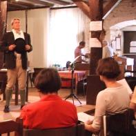 """2,5 Stunden Programm mit Liedern wie """"Das kleine Beisl"""", """"So a Wein"""" und """"Der alte Herr Kanzleirat"""" begeistert Grössler Jung und Alt. Besonders gut hat mir """"Wenn der Herrgott net will"""" gefallen, wegen der schönen Melodie, denn ich bin ein Nostalgiker, also willkommen im Club und ein wirklich netter Kerl, dieser Mann aus Graz. Ein Typ Hansi Hinterseer, vielleicht nicht ganz so berühmt :-), dafür aber mit Herz und Seele dabei und das spürt man bis in alle Sitzreihen."""