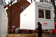 Auch die St. Pauli Kirche bleibt engagiert. Hier beim Aufstellen der Übernachtungs-Container fürs Winternotprogramm ...