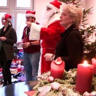 """""""Es sind gar nicht so sehr die Geschenke, die auch, aber vor allem ist es das Zusammensein, hier gemeinsam sitzen und miteinander reden zu können, das Schlimmste ist die Einsamkeit, gerade zu Weihnachten """", erklärt Marion Sachs, die Heiligabend nun schon zum 17. Mal im Kreise ihrer Gäste verbringt, trotz auch der eigenen Familie und alle stecken ein wenig zurück, damit andere diese Hilfe erfahren."""