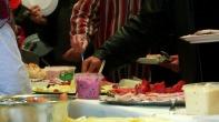 """Jedes Jahr veranstaltet die Hamburger Sozialstation """"Mahlzeit"""" ein Weihnachtsessen für Bedürftige. Die Tafel ist reich gedeckt - Dank vieler Spenden... https://www.facebook.com/notes/max-bryan/weihnachten-f%C3%BCr-obdachlose-so-war-das-fest/712707628747155"""