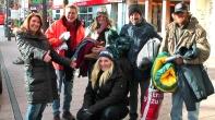 Hilfe gibt es meist von Privat - wie diese beiden netten jungen Damen bei einer Kleiderspende im Dezember 2013. --> https://www.facebook.com/notes/max-bryan/make-the-homeless-smile-helfen-macht-gl%C3%BCcklich-/690661160951802
