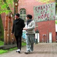Ein halbes Dutzend Container stellte die Kirche hier auf, um die Flüchtlinge über den Winter zu bringen ...