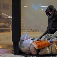 Die durchschnittliche Lebenserwartung eines Obdachlosen liegt bei 45 Jahren und Schlafentzug ist ein entscheidender Faktor. Übergriffe auf Obdachlose des Nachts sind keine Seltenheit und auch ich habe diese Angst schon miterlebt, nicht zu wissen, wie es ausgeht, ob man davon kommt oder Opfer dieser Nacht wird. https://www.facebook.com/notes/max-bryan/rette-ein-leben-und-du-rettest-die-welt-demo-am-3110/679749892042929