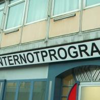 Schätzungen zu Folge werden kommenden Winter rund 1200 Menschen nach einem Schlafplatz im Warmen suchen - Sozialverbände sprechen gar von bis zu 5000 Menschen, die in Hamburg kein Dach über dem Kopf haben. Dem gegenüber steht das Angebot der Stadt mit zunächst offiziell genannten 343 Plätzen, die laut Infobroschüre aus 230 + 96 + 17 = 343 Schlafplätzen bestehen. Wo ist der Rest? --> https://www.facebook.com/notes/max-bryan/rette-ein-leben-und-du-rettest-die-welt-demo-am-3110/679749892042929
