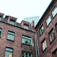 Auch hier hatte ich dann vorgesprochen. Das seit 22. August 2009 besetzte Hamburger Gängeviertel sollte ursprünglich verkauft und abgerissen werden. Dank der Initiative zahlreicher Künstler konnte das Viertel gerettet werden und soll binnen 8 Jahren für rund 20 Millionen Euro saniert werden. Infos dazu auch hier: http://de.wikipedia.org/wiki/G%C3%A4ngeviertel