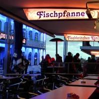 Die Bänke an der Fischpfanne, einer meiner früheren Schlafplätze an den Hamburger Landungsbrücken.