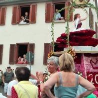 Die Rosenkönigin auf ihrem Weg durchs Dorf ...