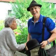 """Manfred Grössler aus Graz - hier bei einem Besuch im August 2012. Der Künstler, Buchautor und Phytologe ist ein Verfechter der natürlichen Landwirtschaft, ganz im Sinne der Löw´schen Maxime, """"Kein Patent auf Leben"""" und nieder mit der Gentechnik."""