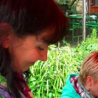 Sie is a ganz a Liebe ... Karin beim Zubereiten der Happy-End-Suppe im August 2013 :-)