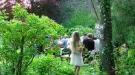 """""""Baum des Lebens"""" - """"Apotheke Gottes"""" - """"Gegen Alles ist ein Kraut gewachsen"""", die Sprüche finden sich überall im Garten. Ohne Heinke von Löw (†93) wäre nichts wie es heute ist ... (Foto: Max Bryan)"""