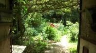 Blick in den Garten hinter der alten Zehntscheune im Sommer 2012