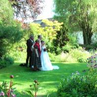 """Den Hof kann man übrigens auch mieten - für Feste, Feiern, Geburtstage, Hochzeiten und dergleichen. Es gibt hier auch einen wunderschönen Weinkeller. Infos hier --> www.gartenhof-loew-zu-steinfurth.de (Fragt nach """"Christoph"""")."""