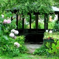 Dieser Pavillon inmitten der Lichtinsel sieht aus, als wenn er da immer schon stünde. Dabei wurde er 2013 erst erbaut und damit perfekt in das Ambiente des Hofes eingebunden.