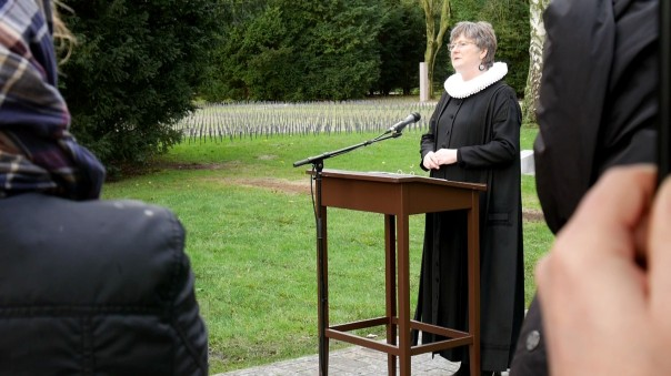 Anschließend gab es eine Andacht mit Sabine Erler, Pastorin für Trauerkultur in der Propstei Wandsbek-Billetal, begleitet von Trompeter Gero Weiland.