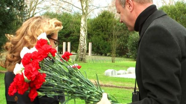 Anschließend gab es die Möglichkeit, eine Blume an einem Grabstein niederzulegen.