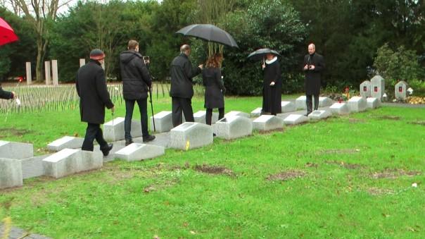 Heute sind auf den Gedenksteinen die Namen der Verstorbenen mit Lebensdaten zu lesen. Zusätzlich wurde das Grabfeld durch Wege, zentrale Grabbeete und Gedenksteine gestalterisch aufgewertet.