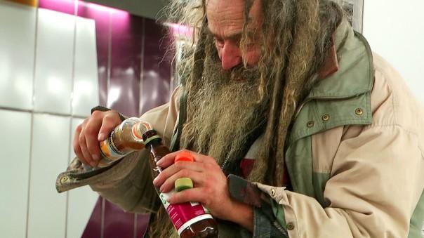 Klaus beim Reste trinken. Was andere stehen lassen, findet bei ihm noch Verwendung (Foto: Max Bryan)
