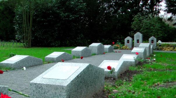 Neue Gedenksteine auf dem Öjendorfer Friedhof erinnern an einsam Verstorbene, die niemanden mehr haben (Foto: Max Bryan)