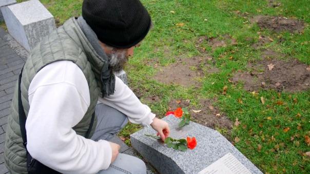 Wer Verstorbene vermisst - auf dem Öjendorfer Friedhof - Feld 317 - gibt es Gedenktafeln mit Namen von Verstorbenen, die ohne Angehörige bestattet wurden. Die Liste der Namen reicht zurück bis 2013.